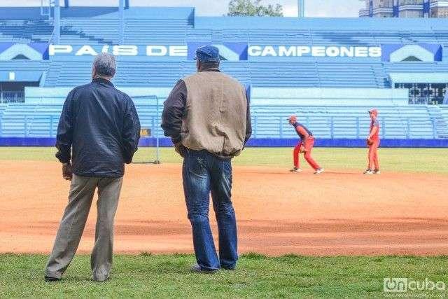 Víctor Mesa durante el entrenamiento del equipo Matanzas en el Estadio Latinoamericano de La Habana     Fotos: Iroko Alejo