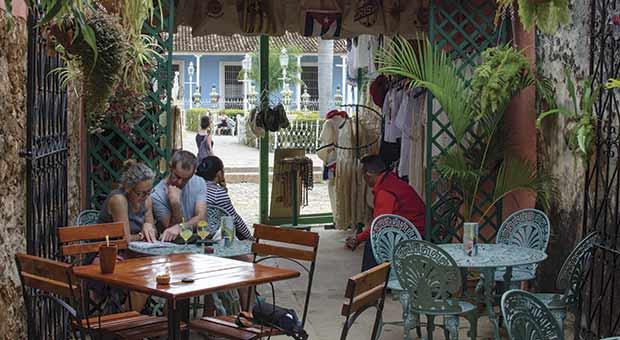 Frente a la Plaza Mayor de Trinidad  / Tel: +5352711777