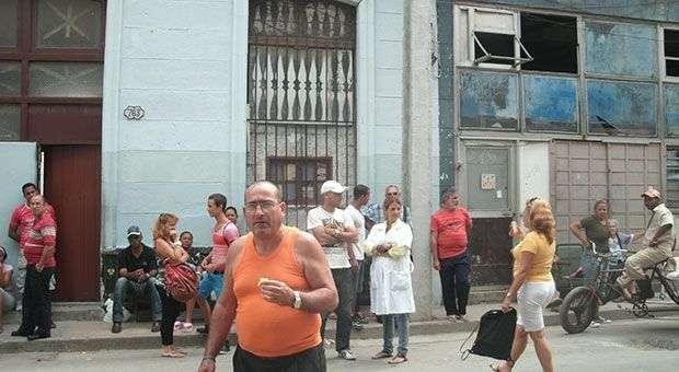 Personas reunidas  frente al Poder Popular de Cayo Hueso